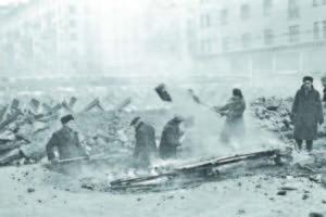 Москвичи строят противотанковые укрепления.